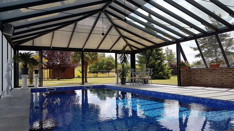 couverture de piscine 4 versants de couleur gris foncé avec plantarium et chéneau mouluré