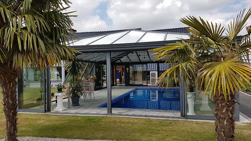 couverture de piscine 4 versants de couleur gis foncé avec plantarium et chéneau mouluré