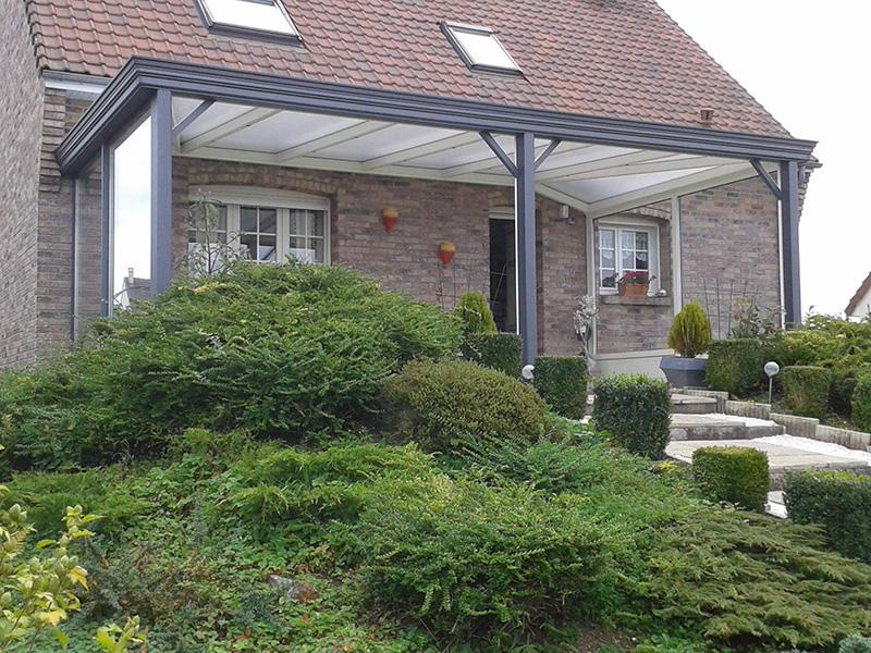 pergola bicolore gris foncé extérieur/blanc intérieur fermée de chaque côté avec 2 arêtiers à angle droit et chéneau mouluré
