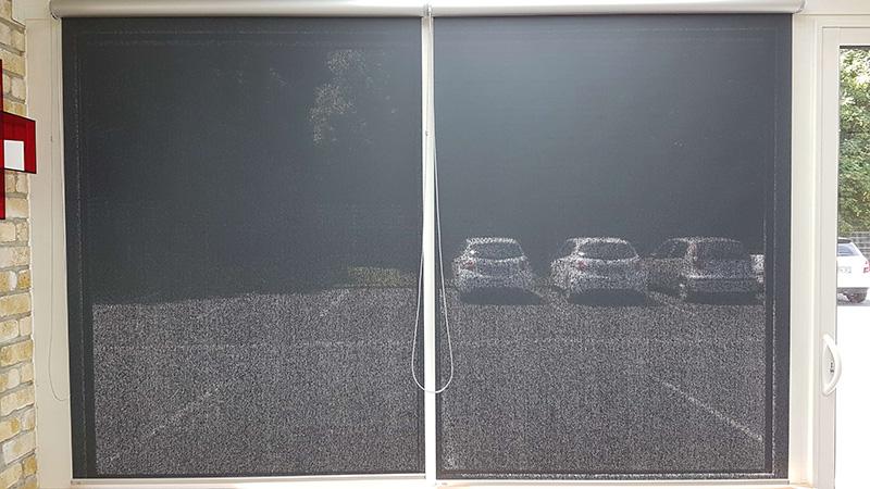 stores à enrouleur de couleur gris foncé avec coffres argentés