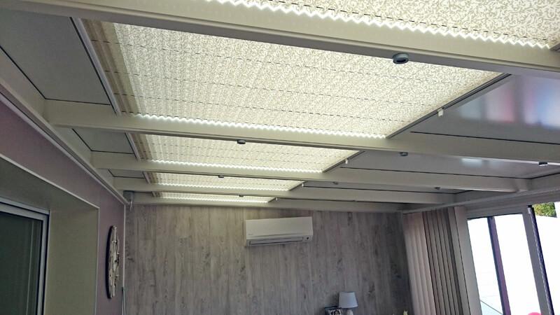 stores plissés de couleur blanc avec motifs imprimés gris clair  pour puits de lumière carrés
