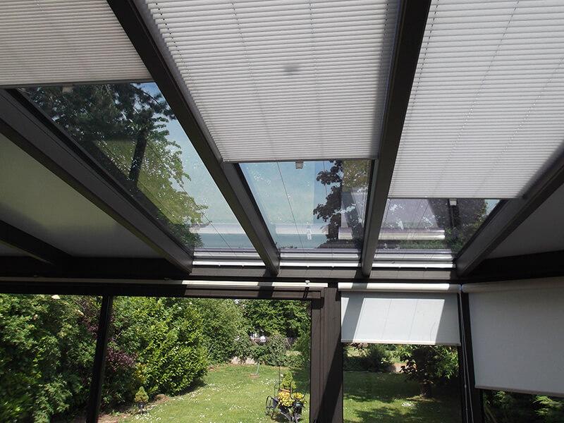 combinaison de stores plissés pour puits de lumière et de stores à enrouleur avec coffres intégrés