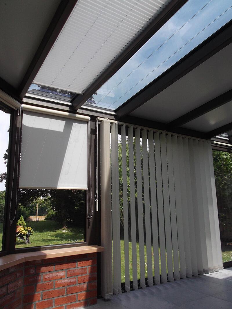 combinaison de stores plissés en toiture, de stores à bandes verticales et de stores à enrouleur avec coffres intégrés