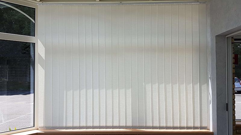 stores à bandes verticales de couleur beige