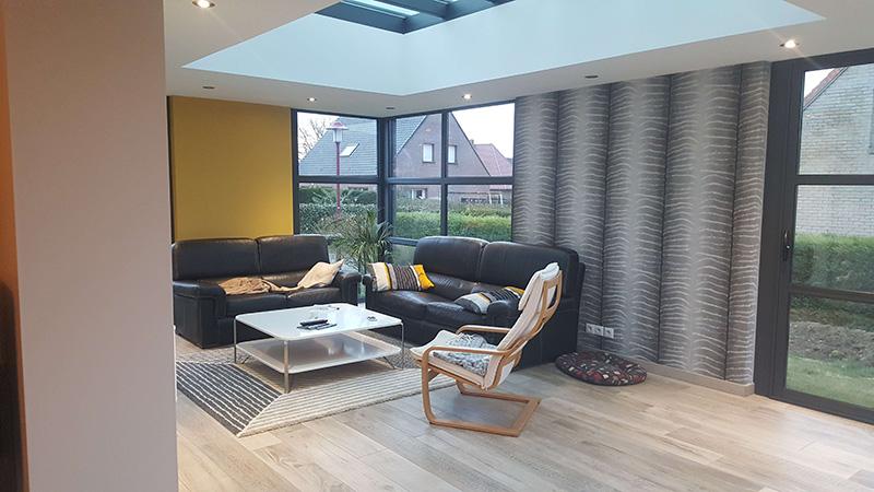 Véranda de type toiture plate de couleur gris foncé avec dôme vitré mono-pente et traverses intermédiaires