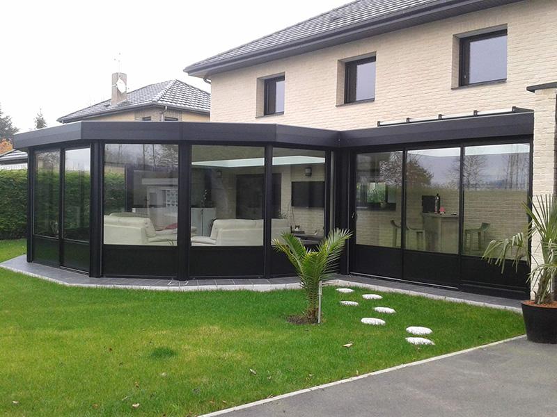 Véranda de type toiture plate de couleur noir avec 2 dômes mono-pentes et chéneau plat