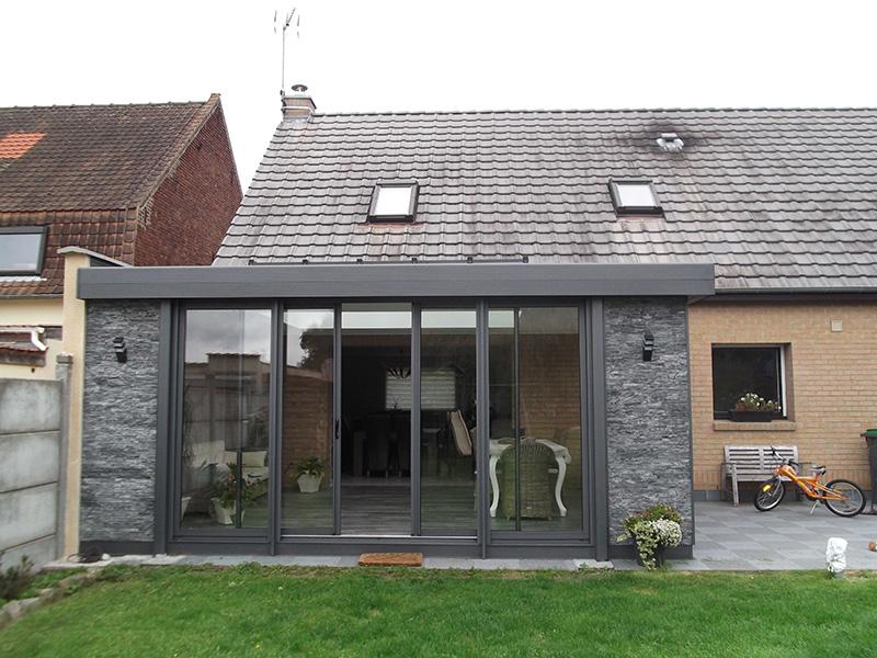 Véranda de type toiture plate de couleur gris foncé avec dôme mono-pente et chéneau plat