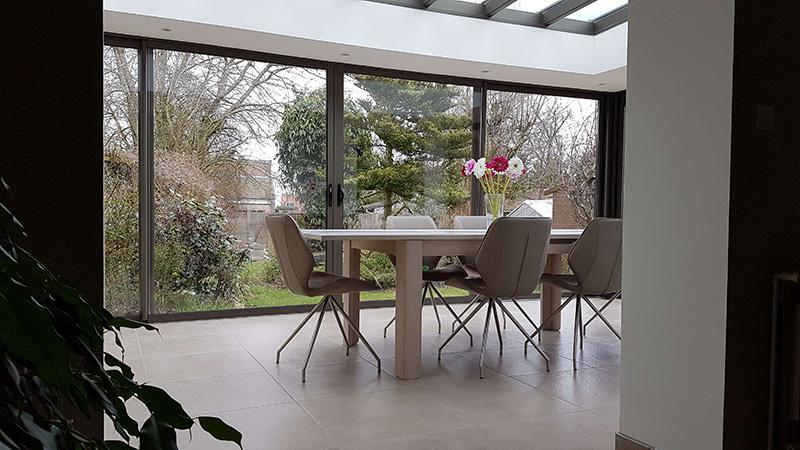 Véranda de type toiture plate de couleur gris foncé avec dôme mono-pente