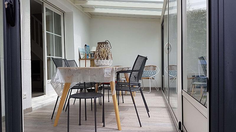véranda bicolore de couleur gris foncé extérieur/blanc intérieur avec 1 arêtier à angle droit, soubassements aluminium et chéneau plat