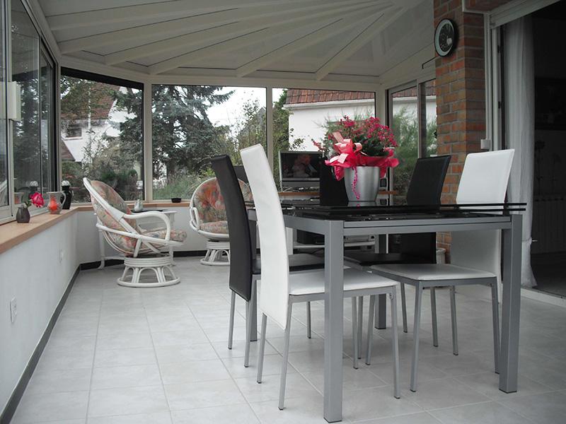 véranda bicolore gris foncé extérieur/blanc intérieur avec parapluie en L et murets enduits blancs